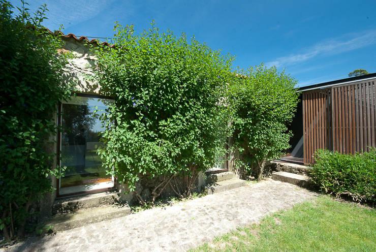 casa em ponte de lima: Jardins rústicos por armazenar ideias arquitectos
