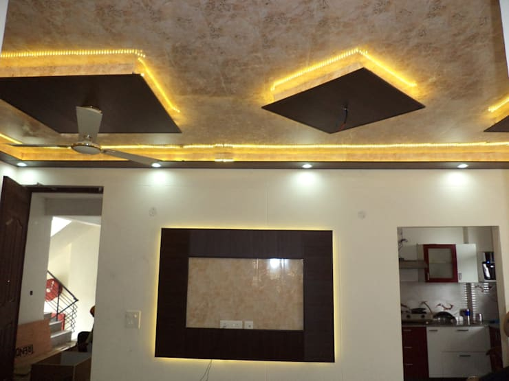 False ceiling design and wallpaper:  Living room by Mohali Interiors