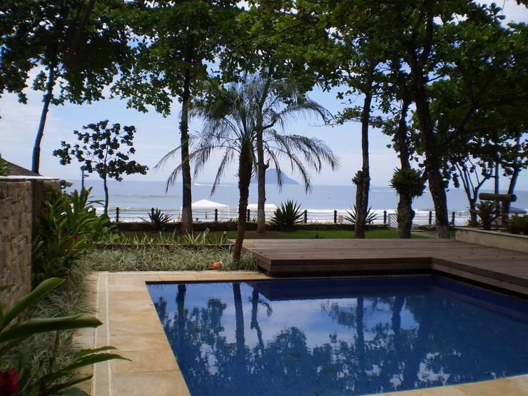 Residência em Juqueí – São Sebastião – SP: Piscinas  por ANALU ANDRADE - ARQUITETURA E DESIGN