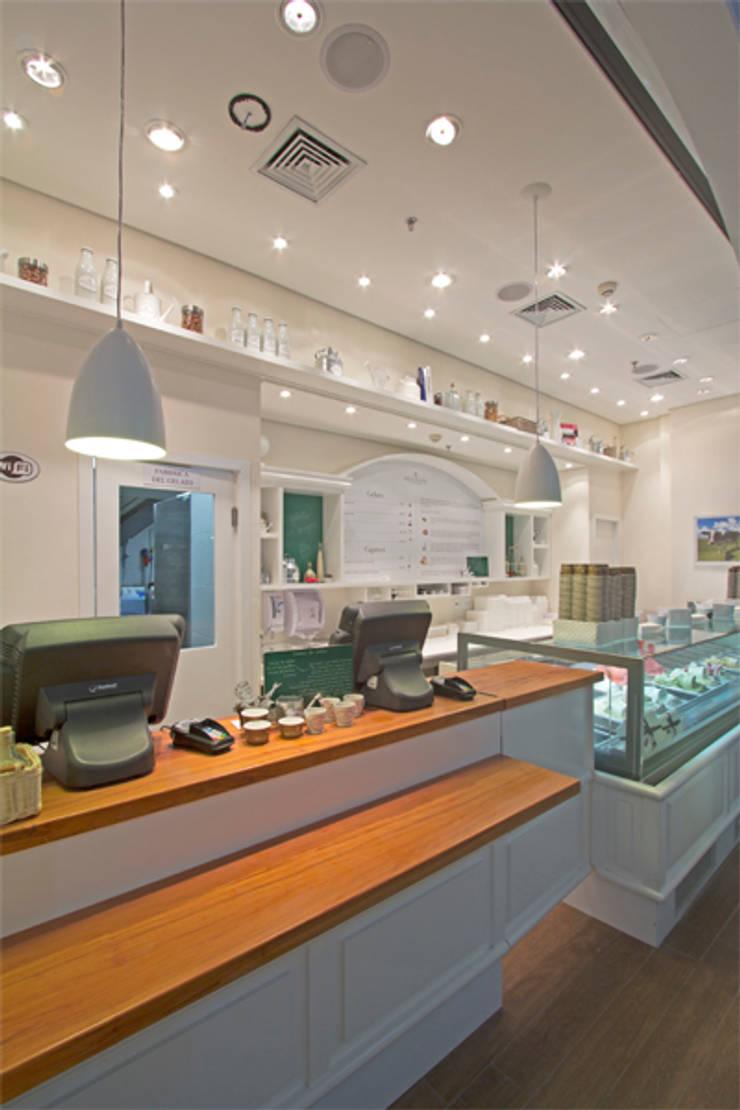 GELATERIA BACIO DI LATTE – SHOPPING IBIRAPUERA: Espaços gastronômicos  por AMAC CONSTRUTORA