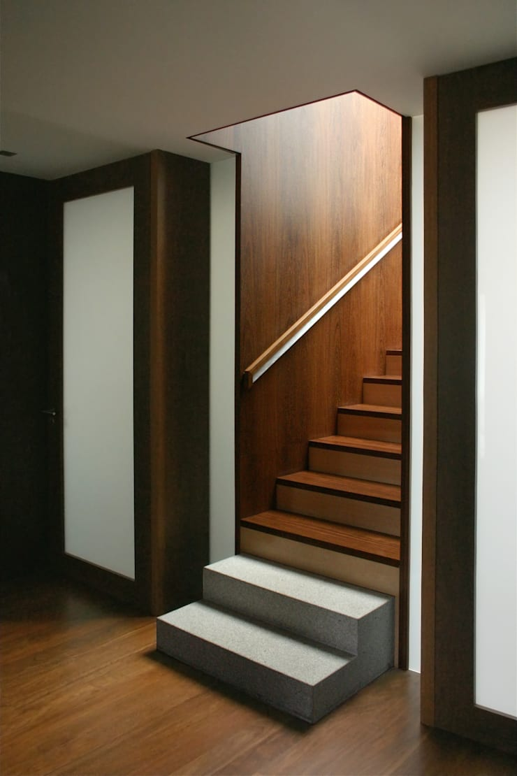 Casa CS_3: Corredores e halls de entrada  por XYZ Arquitectos Associados