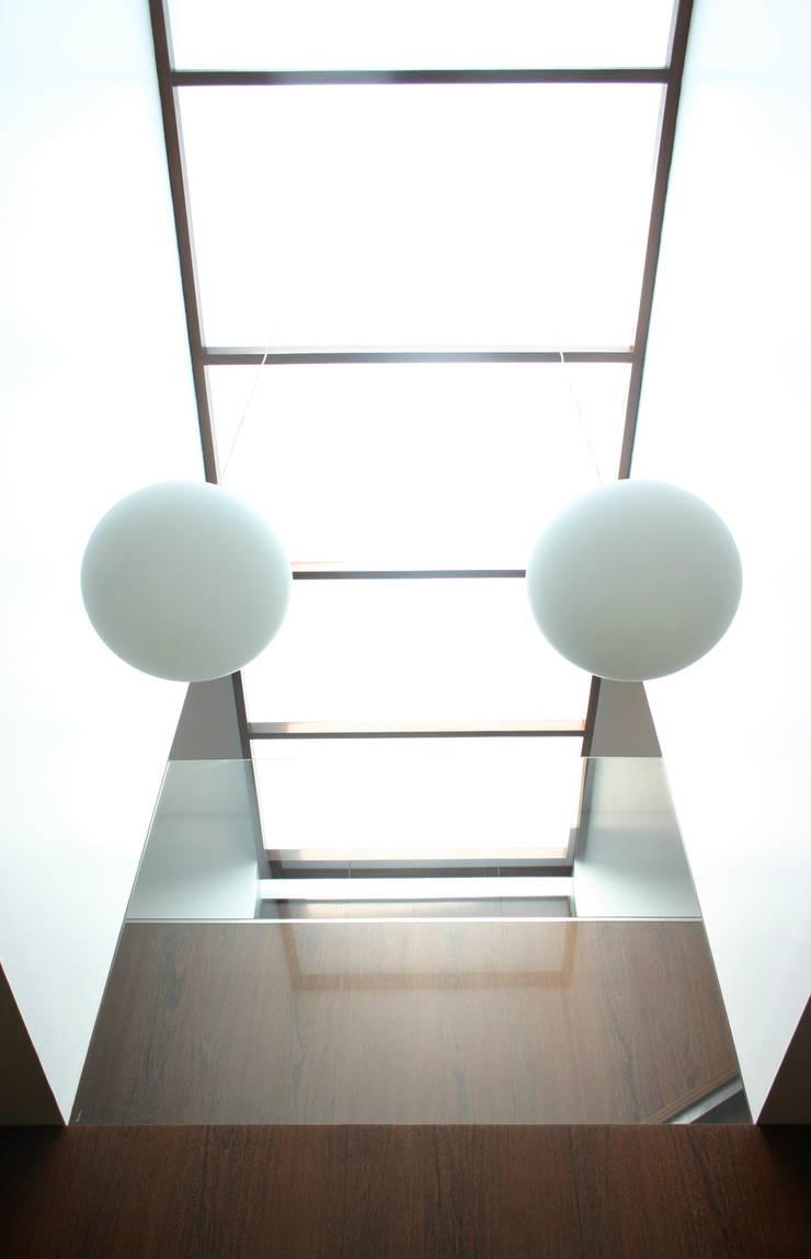 Casa CS_5: Corredores e halls de entrada  por XYZ Arquitectos Associados