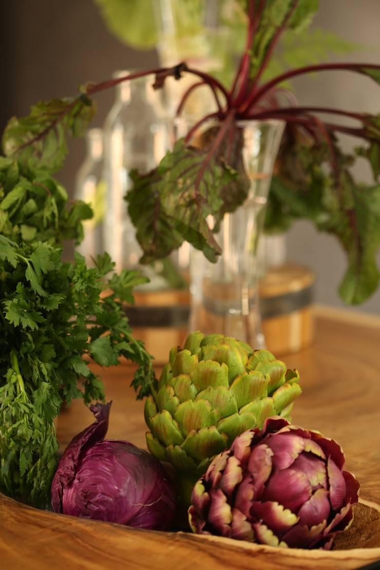 decoração – arranjos flores e frutas: Cozinha  por COISAS DA TERRA