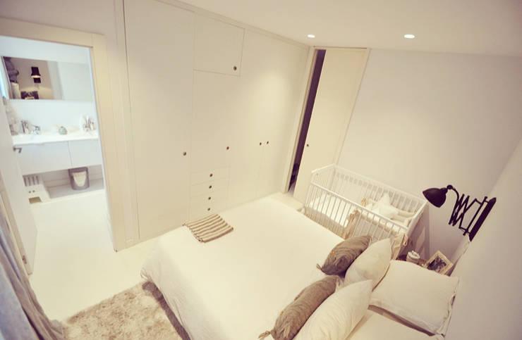 Ático nórdico: Dormitorios de estilo escandinavo de MIDO DECORACIÓN