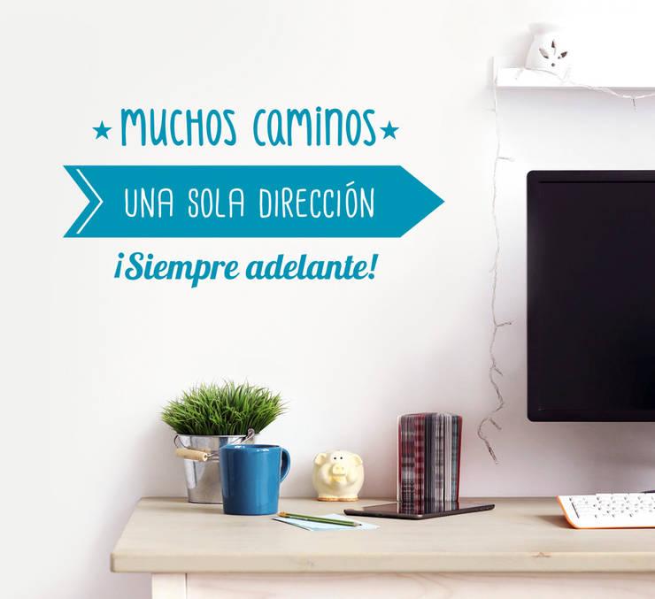 Vinilo motivador ¡Siempre adelante!: Paredes y suelos de estilo moderno de Tacaloca