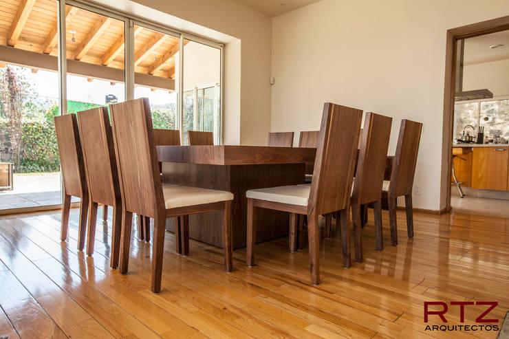 Mesa de comedor en nogal: Comedor de estilo  por RTZ-Arquitectos