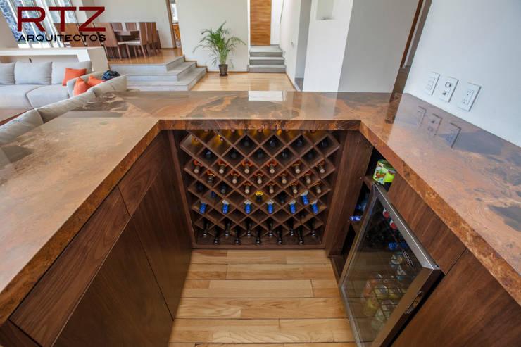 Mesa de bar en nogal con marmol: Comedor de estilo  por RTZ-Arquitectos