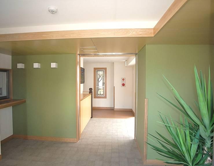 nozominoie: 有限会社 永見建築設計事務所が手掛けた廊下 & 玄関です。