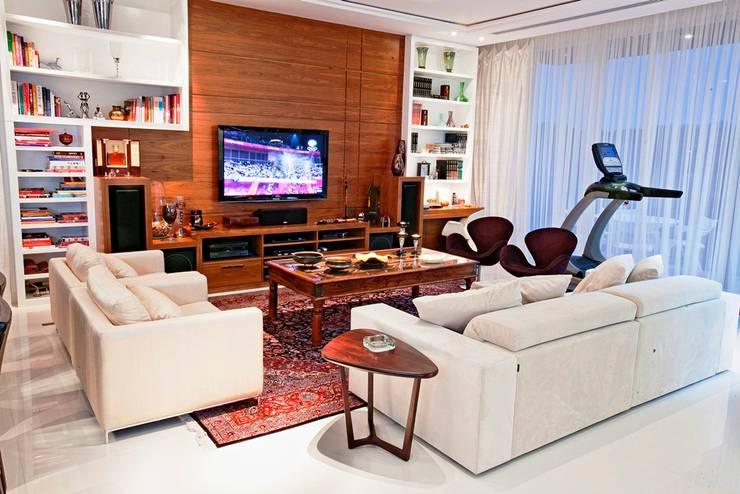 Sala de Estar: Salas multimídia  por Ariane Labre Arquitetura