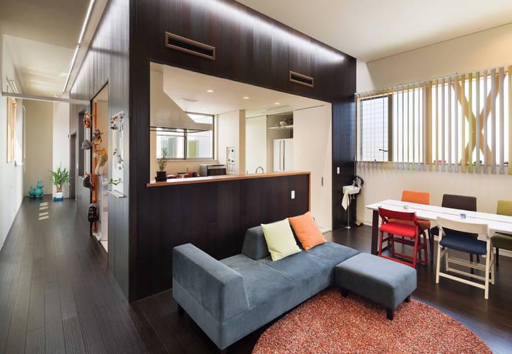 Living room by 株式会社タバタ設計
