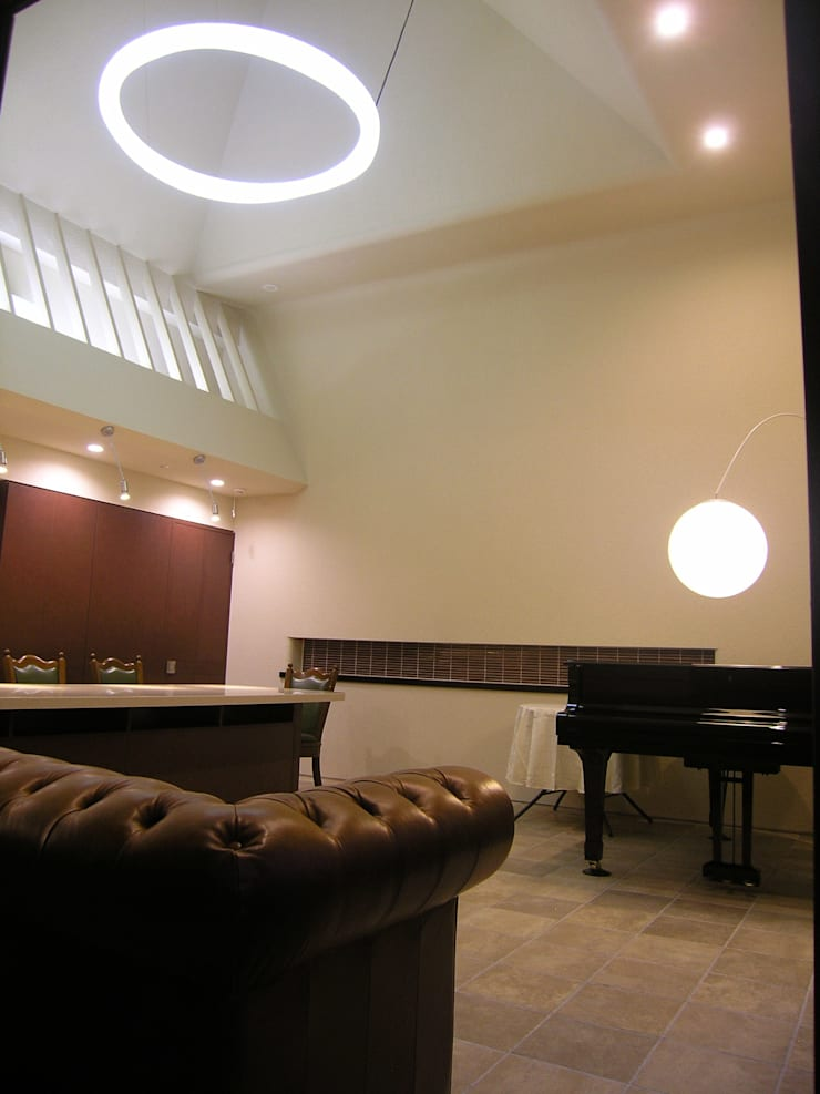 ゲストハウス: アウラ建築設計事務所が手掛けたリビングです。