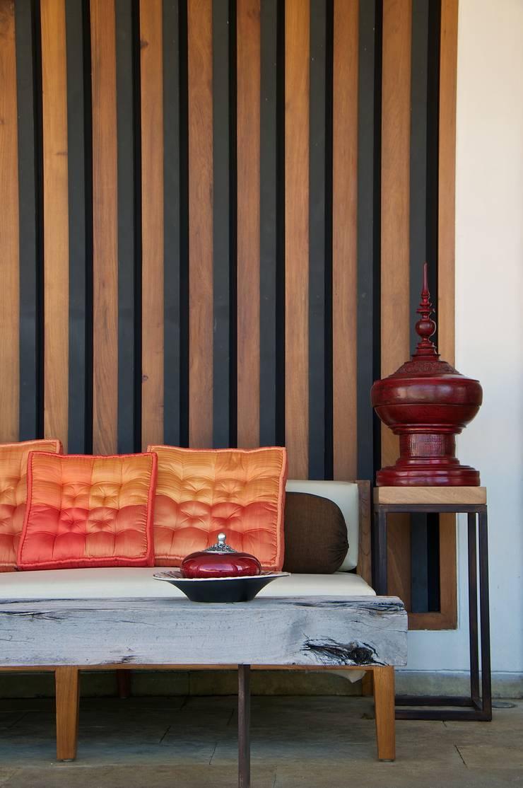 AA Villa:  Living room by Atelier Design N Domain