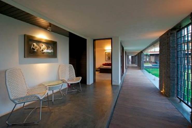 PA Villa :  Corridor & hallway by Atelier Design N Domain