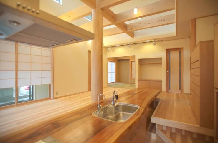木造りのキッチン: 優設計事務所が手掛けたキッチンです。