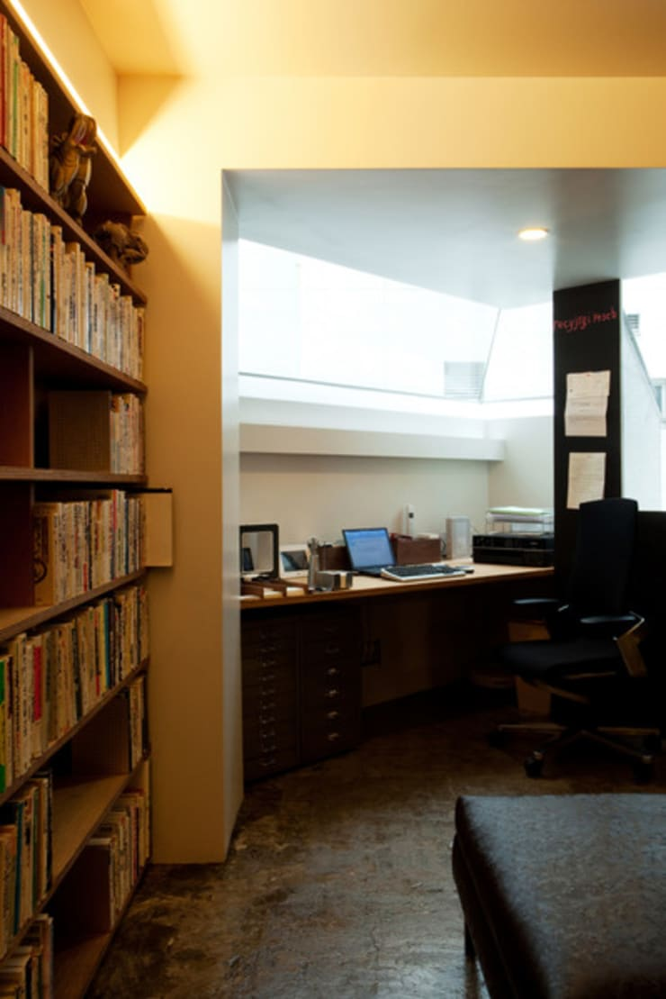 隠れ家リトリート: 大塚聡アトリエ・一級建築士事務所が手掛けた書斎です。,
