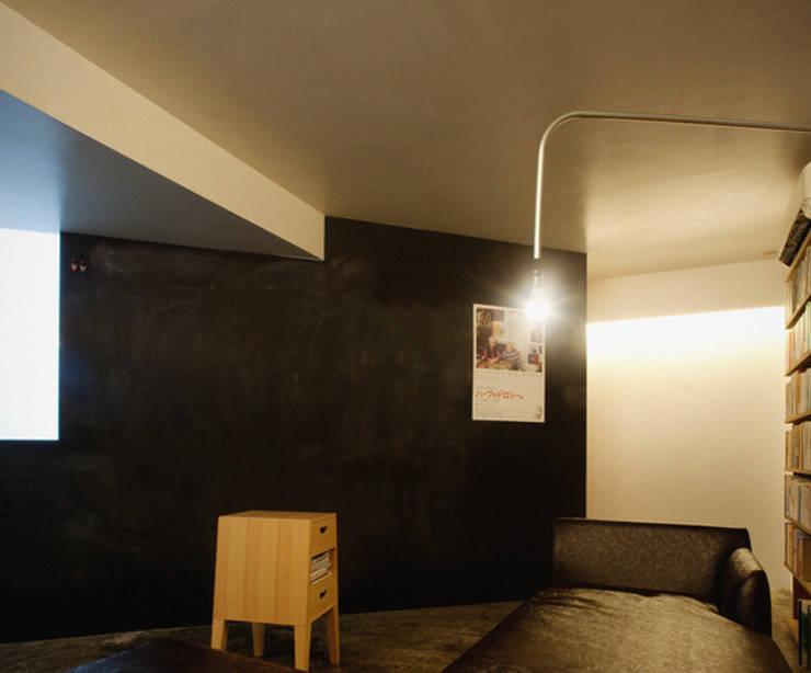 隠れ家リトリート: 大塚聡アトリエ・一級建築士事務所が手掛けた壁です。,