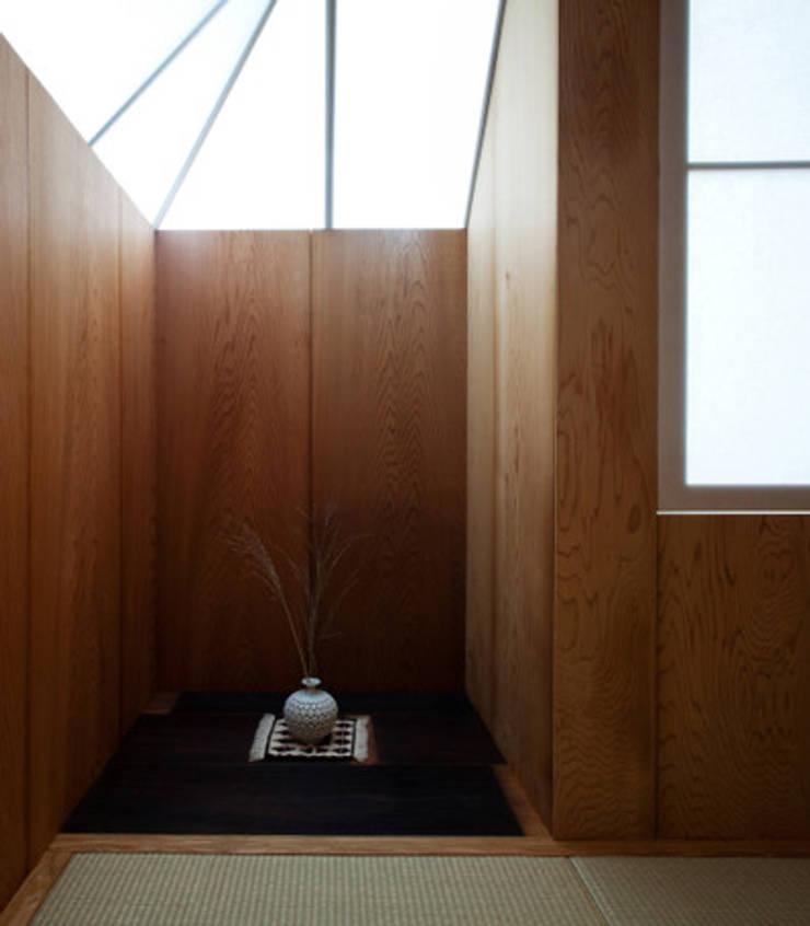 隠れ家リトリート: 大塚聡アトリエ・一級建築士事務所が手掛けた和室です。,