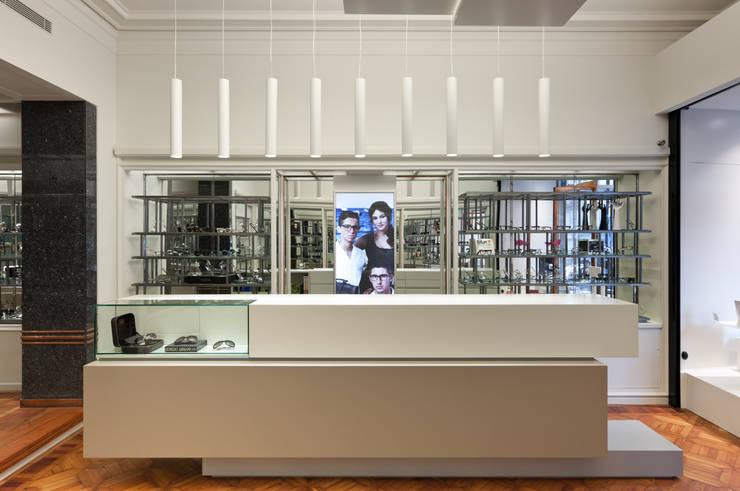 Óptica Pupila_1: Espaços comerciais  por XYZ Arquitectos Associados