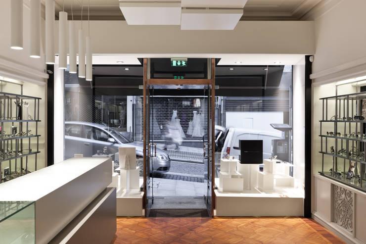 Óptica Pupila_8: Espaços comerciais  por XYZ Arquitectos Associados