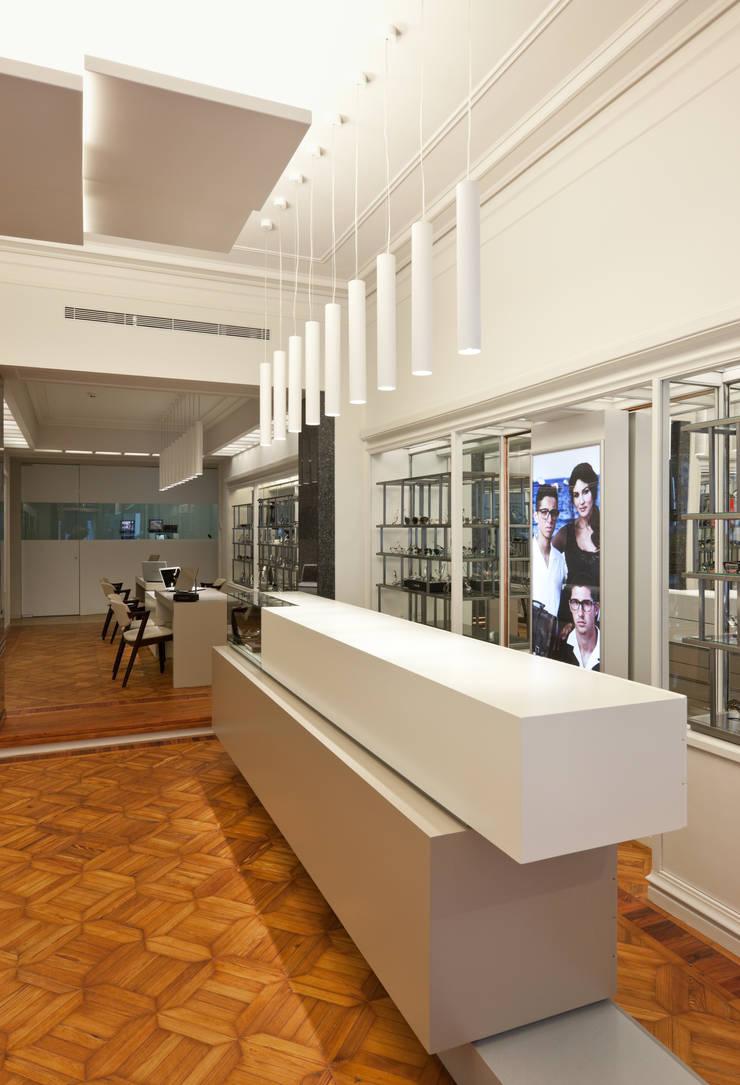 Óptica Pupila_9: Espaços comerciais  por XYZ Arquitectos Associados