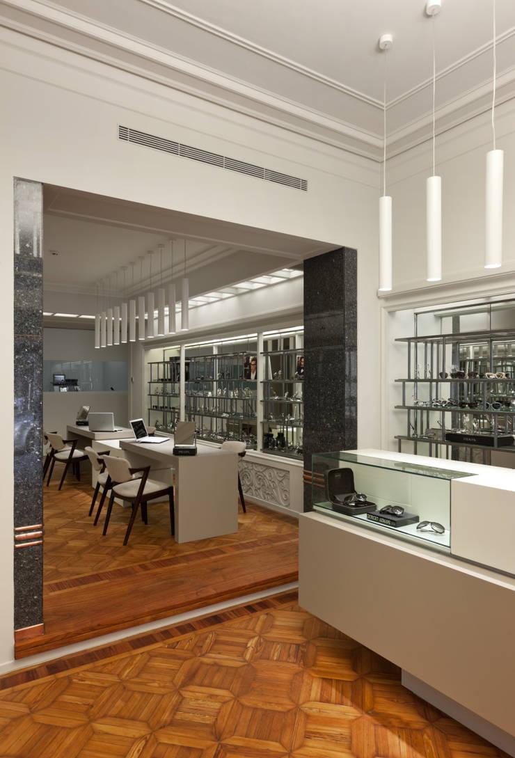 Óptica Pupila_10: Espaços comerciais  por XYZ Arquitectos Associados