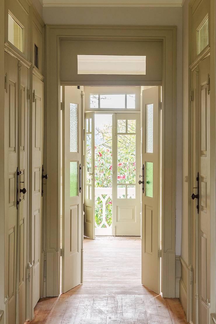 Vista interior - entrada principal: Corredores e halls de entrada  por Clínica de Arquitectura