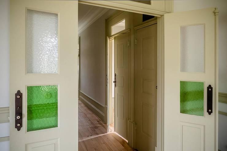 Vista interior - corredor: Janelas   por Clínica de Arquitectura