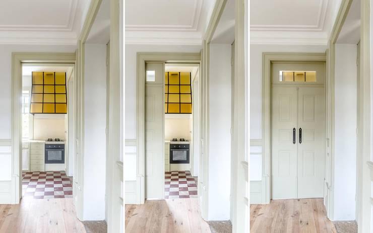 Vista interior - sala: Salas de estar  por Clínica de Arquitectura