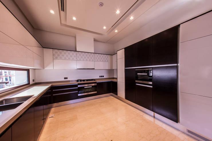 Projecto Hidd Al Saadiyat: Cozinhas  por MOB