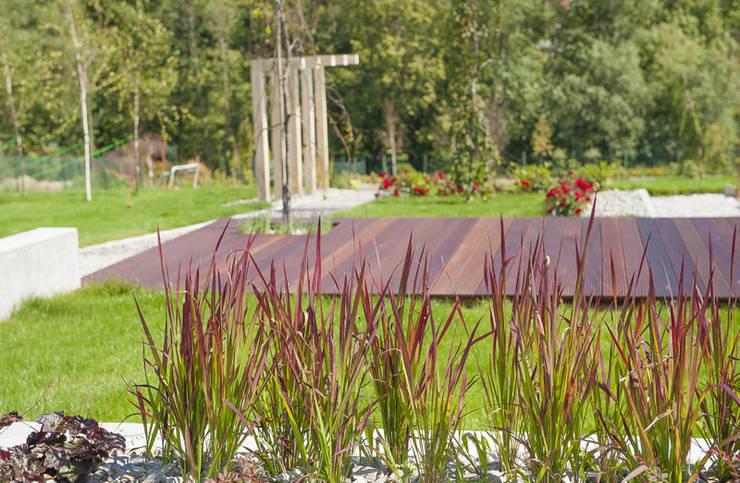Ogród nowoczesny: styl , w kategorii  zaprojektowany przez Pracownia Projektowa Architektury Krajobrazu Januszówka,