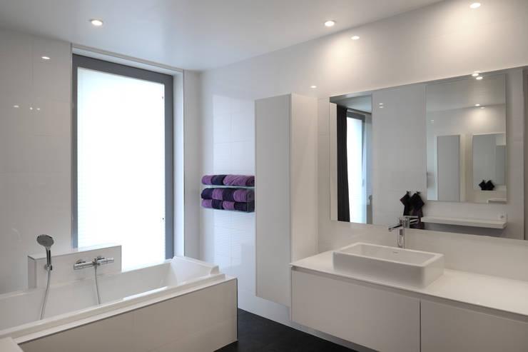 Aux portes du Limbourg: Salle de bains de style  par Luc Spits Interiors