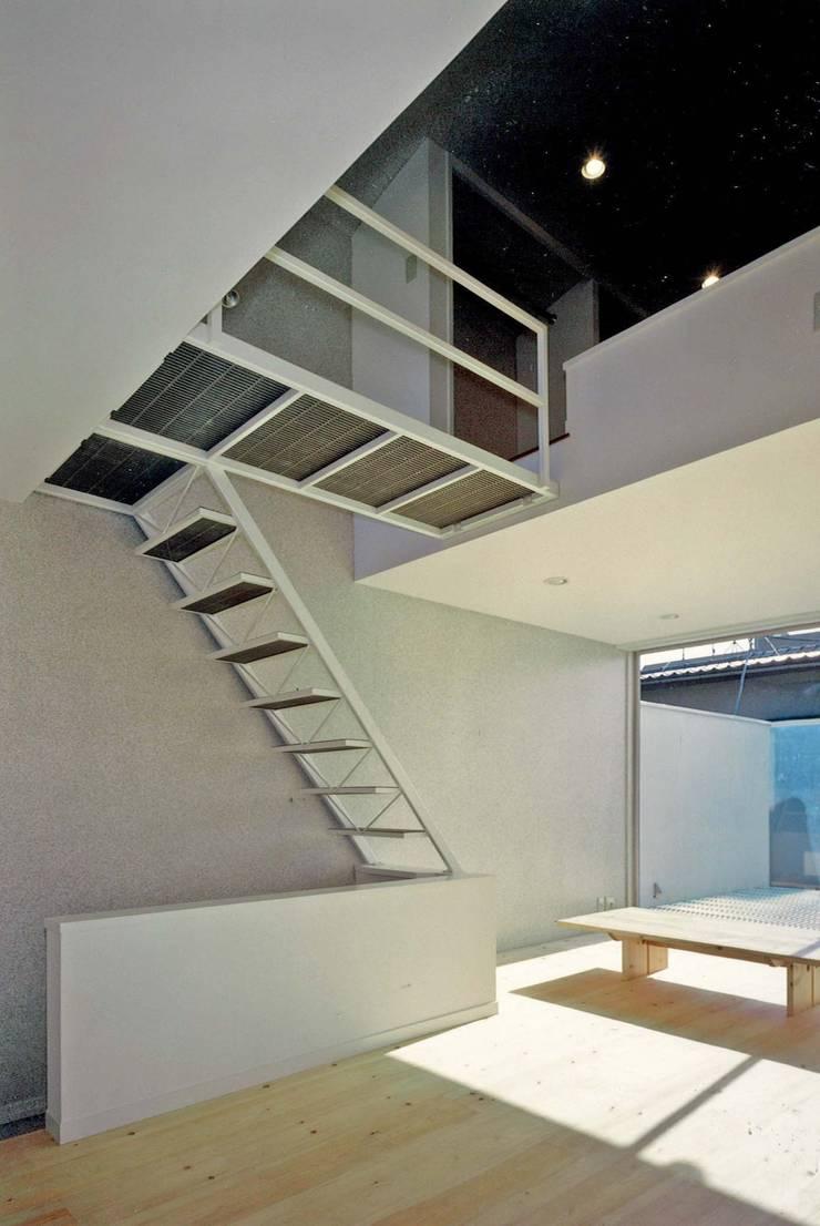 居間と階段: 河浩介建築設計室.が手掛けた廊下 & 玄関です。