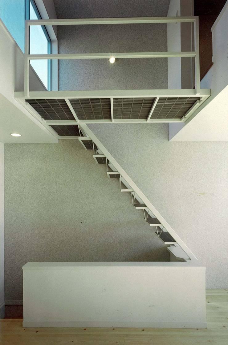 階段: 河浩介建築設計室.が手掛けた廊下 & 玄関です。