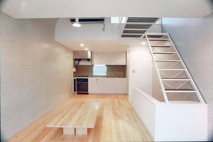 食卓と厨房: 河浩介建築設計室.が手掛けたダイニングです。