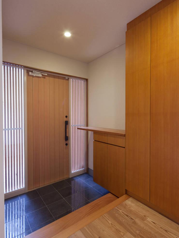 香里園町の家: 一級建築士事務所 Eee works が手掛けた廊下 & 玄関です。