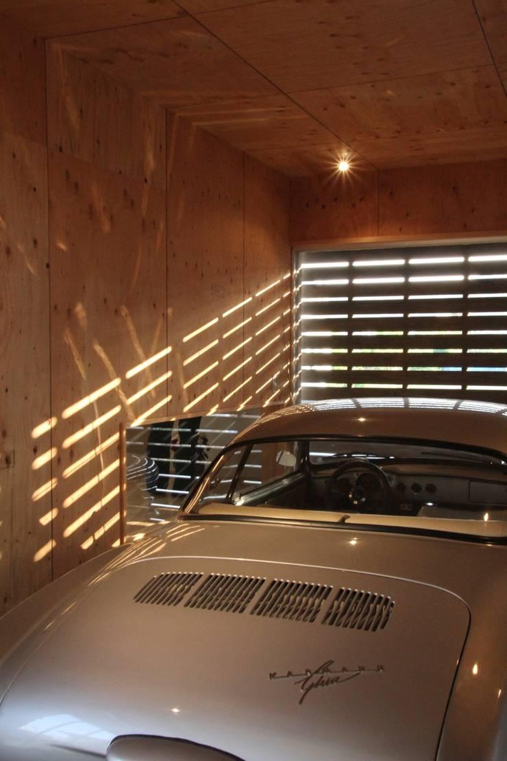 鳴門の家: 一級建築士事務所 Eee works が手掛けたガレージです。,モダン