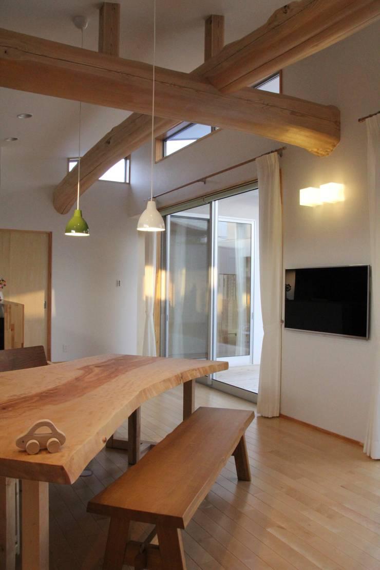 鳴門の家: 一級建築士事務所 Eee works が手掛けたリビングです。,モダン