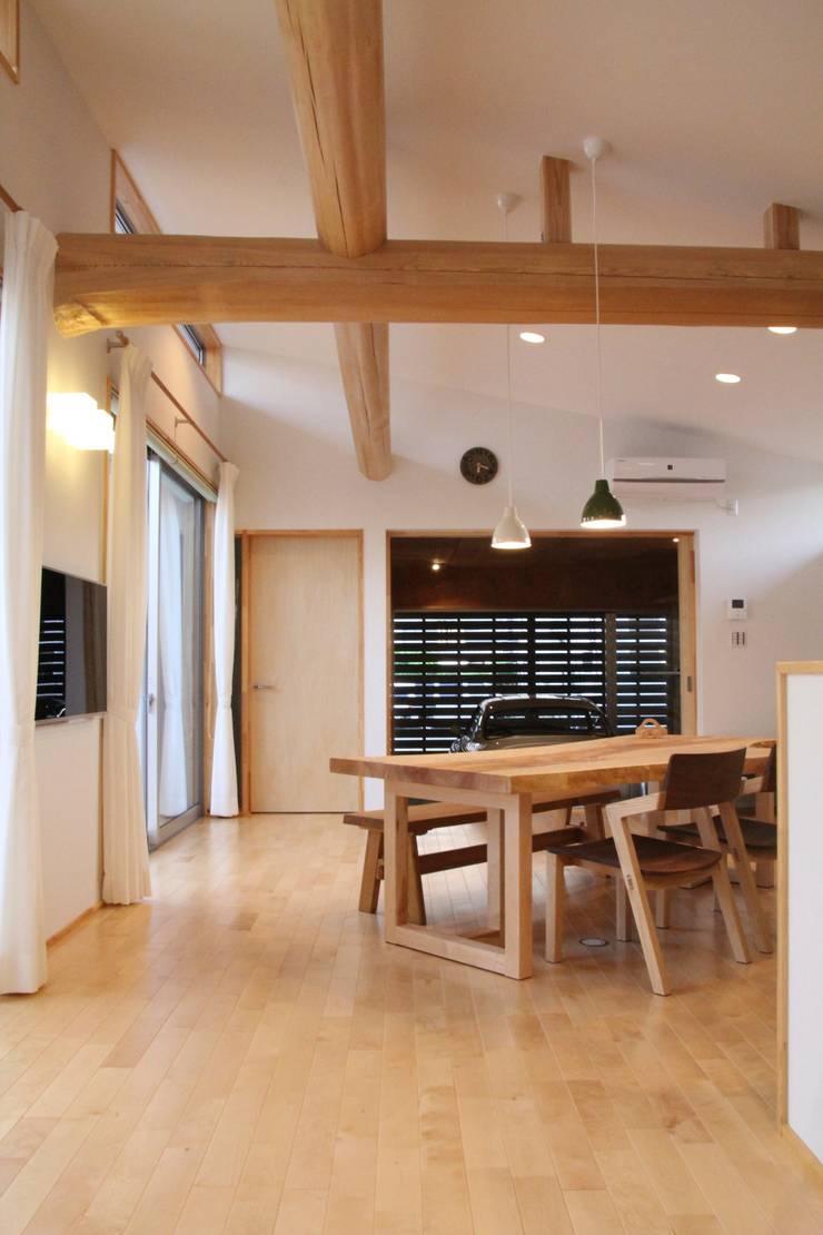 Salon de style  par 一級建築士事務所 Eee works , Moderne