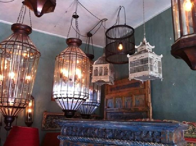 アンティーク家具: bali tropicalが手掛けたリビングルームです。