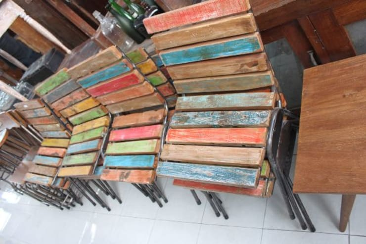 アンティーク家具: bali tropicalが手掛けた多目的室です。