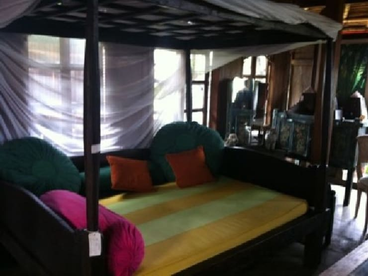 アンティーク家具: bali tropicalが手掛けた寝室です。