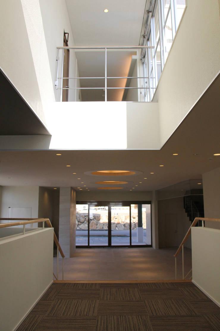 エントランス:見返し改修後: 一級建築士事務所 Eee works が手掛けたです。