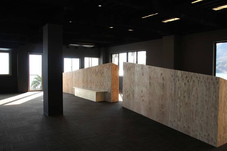 ホール:改修後: 一級建築士事務所 Eee works が手掛けたです。