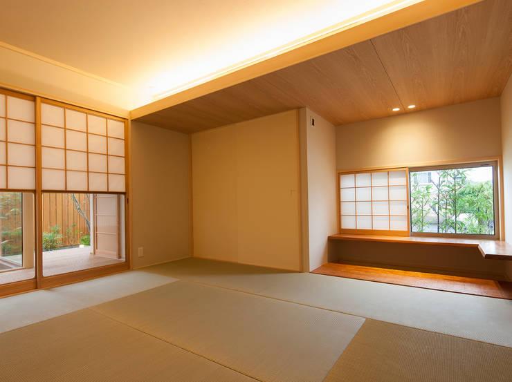 桜を望む家: 一級建築士事務所 Eee works が手掛けた和室です。