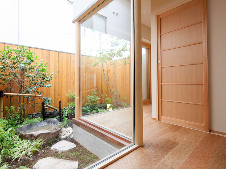桜を望む家: 一級建築士事務所 Eee works が手掛けた庭です。