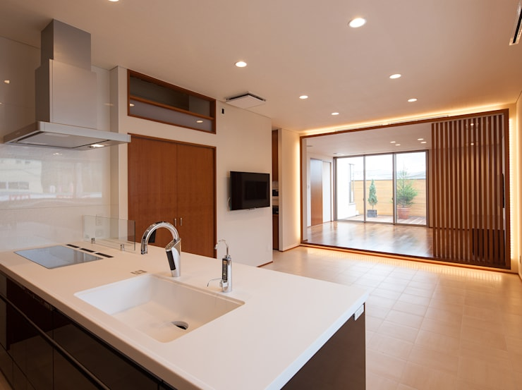 桜を望む家: 一級建築士事務所 Eee works が手掛けたリビングです。