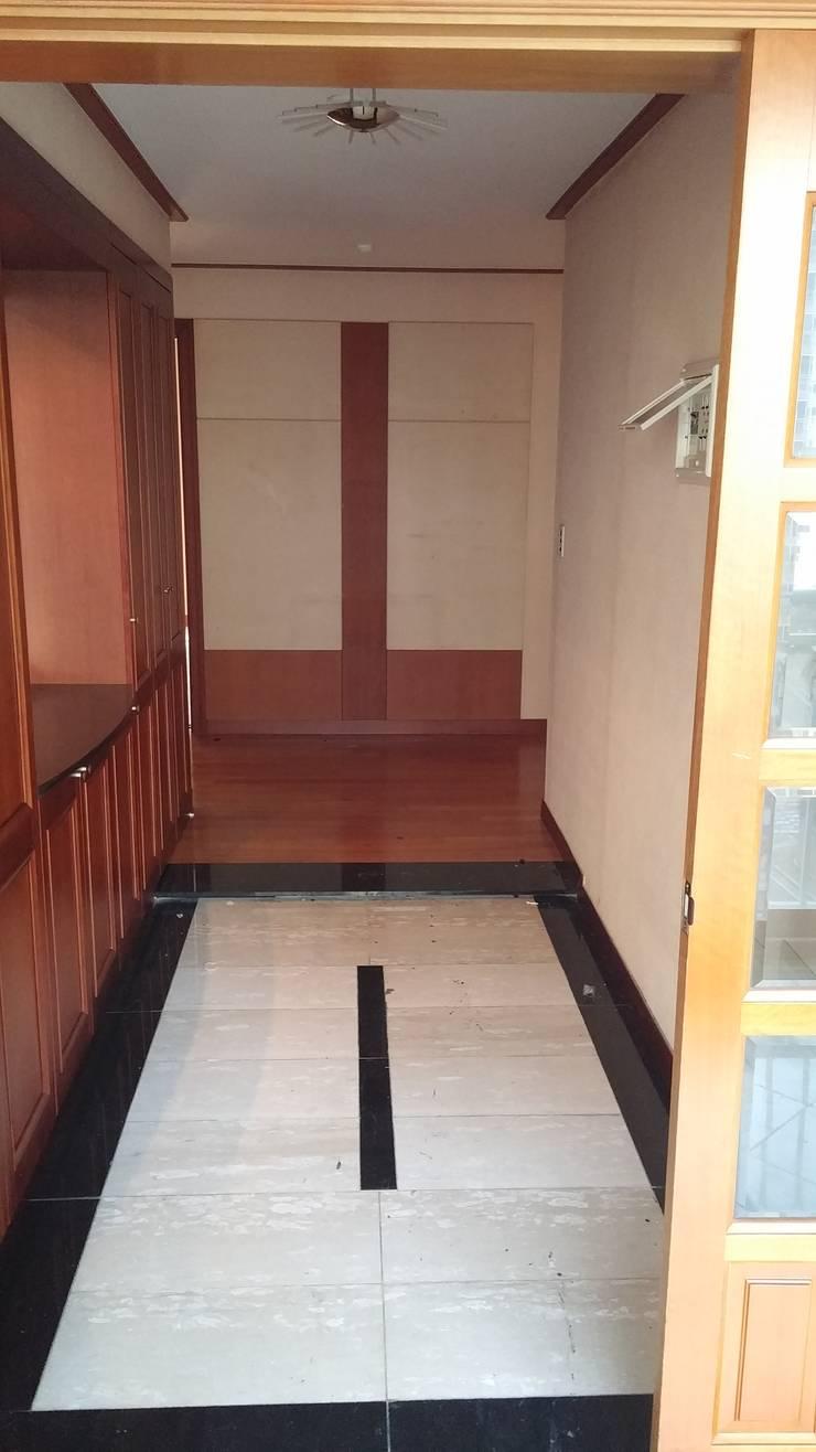 현관전실 공사전 사진입니다.: 안목 의  복도 & 현관