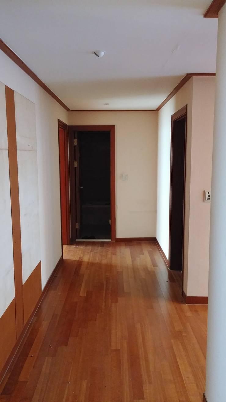 거실에서 현관입구쪽으로 나가는 복도 공사전 사진입니다.: 안목 의  복도 & 현관