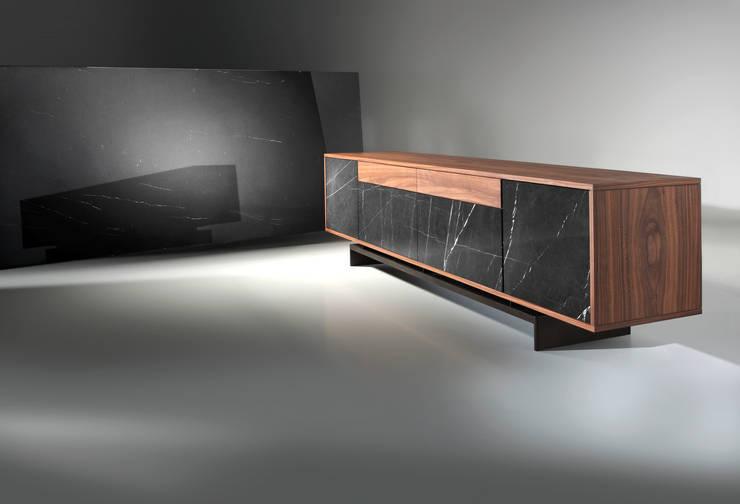 Grammi Sideboard: Sala de estar  por Maami Home