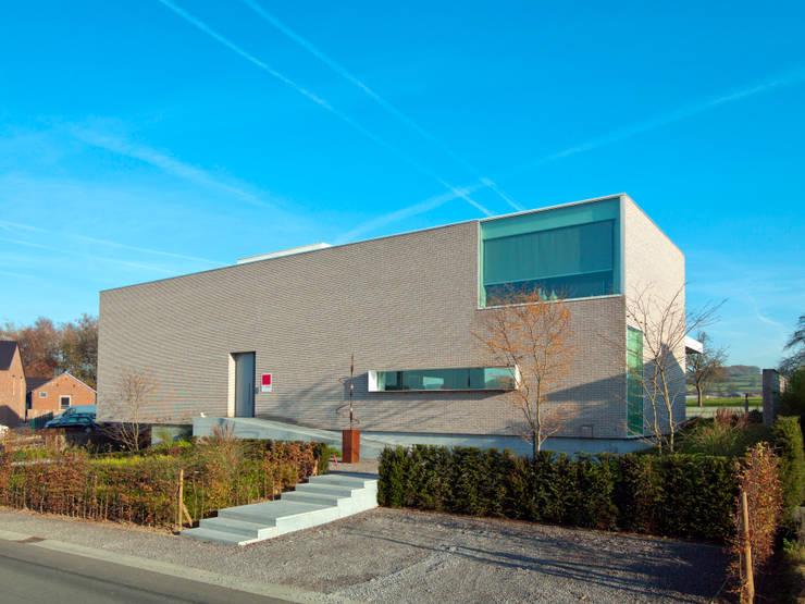 Le Cube Blanc: Maisons de style de style Moderne par Luc Spits Architecture